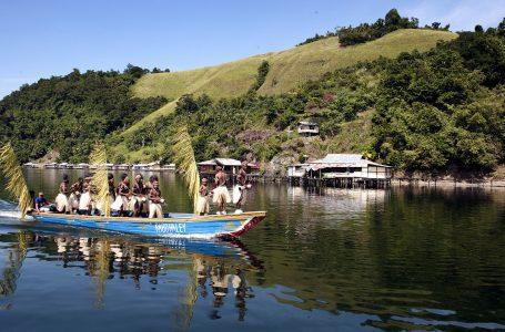 Kedamaian Kota Kecil di Tepi Danau
