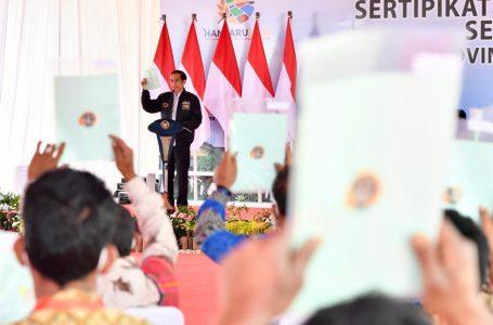 Jokowi Serahkan 22.007 Sertifikat Tanah di Humbang Hasundutan