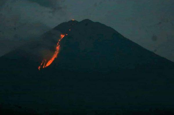 Gunung Semeru Muntahkan Awan Panas Guguran Hingga Lava Pijar