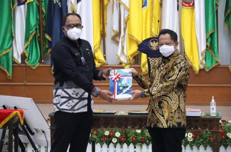 Mendagri Serahkan Penghargaan Satyalancana Wira Karya kepada Anggota V BPK RI Bahrullah Akbar