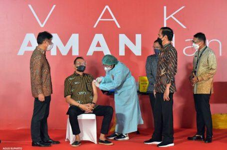 Tinjau Vaksinasi, Jokowi: Semoga Pekerja Seni Bisa Terlindungi dari Covid-19